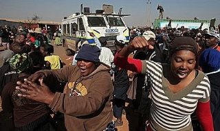 South African Police Fire Rubber Bullets at Protesters Demanding Running Water